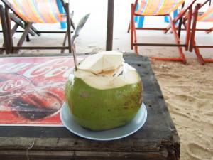 タイの海岸で味わうココナッツジュース