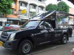 タイではピックアップトラックを改造した荷台が客席だ