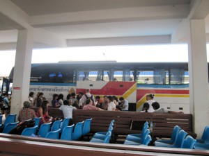ビエンチャン タラートサオのバスターミナル乗降風景