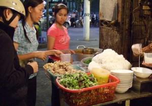 ベトナムの街角で営業するフォー専門店