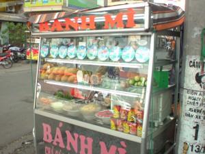 ベトナムの街角で営業するサンドイッチ屋台