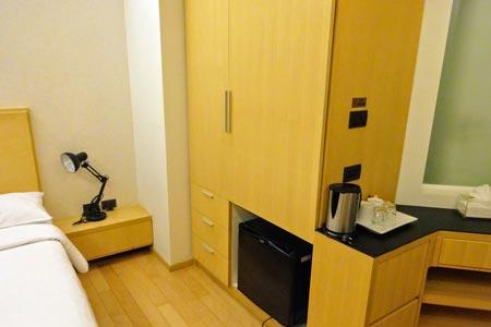 「マーヴィン スイーツ ホテル」クローゼットと冷蔵庫