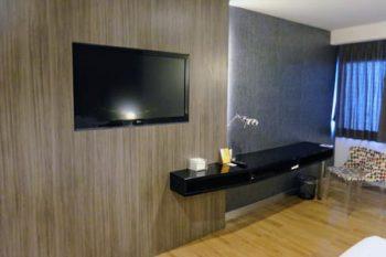 「トリニティ シーロム ホテル」デスクと液晶テレビ
